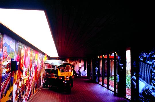 """1999年,""""运动中的城市""""在哥本哈根路易斯安那现代美术馆展出阿运·拉,挽猜哥和里克力·提拉瓦尼的作品"""