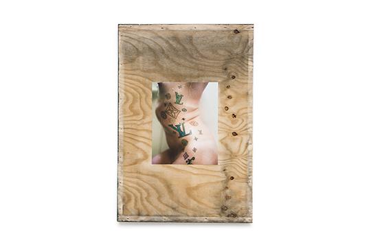 《无题(淋浴)》 ,2015年 ,棉制纸张收藏级颜料喷绘,回收的胶合板,乳胶漆 ,122 × 84 × 1厘米