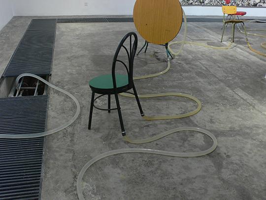 刘窗, 《无题Ⅱ(不知名的河)》, 2008年, 塑料水管、椅子、桌子, 尺寸可变