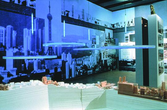 """1999 年,""""运动中的城市""""在伦敦海沃德美术馆展出库哈斯设计事务所参展,的项目"""