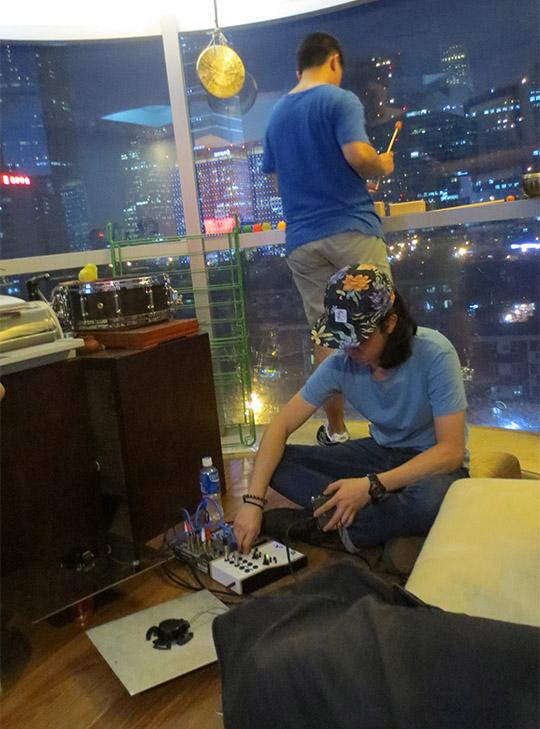客厅巡演,冯俊彦(前)与邵俊杰在丁晨晨的公寓表演,2015年7月1日