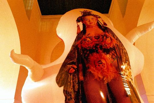 """1997年,""""运动中的城市""""在维也纳分离派展览馆展出,刘庚煜、何利·多诺、王度、周铁海的作品"""