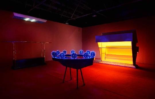 Vernissage, 2011 Une scène baroque, comme une discothèque à thème.