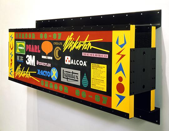 阿什利·比克顿,《艺术(由标志构成)》之二,1987年 丙烯,铜粉,天然漆,胶合板上丝网印,镀铬铜,氧化铝 86.4 x 43.2 x 38.1厘米