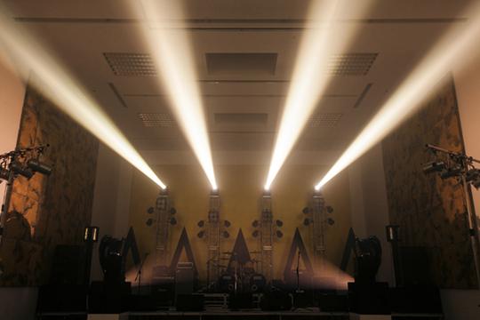 L'orbite du rock, 2014  Zhang Ding reproduit le concert de rock mythique qui eut lieu en 1991 sur la Place Rouge, à Moscou. Durant la performance à laquelle participent quatre groupes, 13 morceaux sont interprétés. L'espace est décoré de statues noires et de panneaux muraux dorés et parcourus de marbrures.