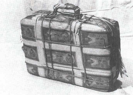 Akasegawa Genpei, Impound Object: Bag, 1963, Fake 1000-yen notes, bag, 30 x 40 x 8 cm